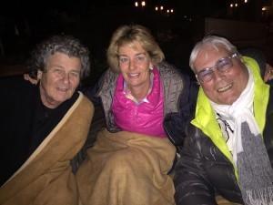 Prof. Eberhard Wüst, Beate Middendorf und Wolfgang Wiencke in ihren wärmenden Decken